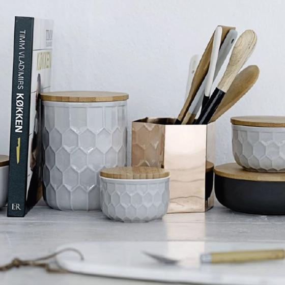Petit pot en porcelaine gris clair avec un couvercle en bambou. taille S