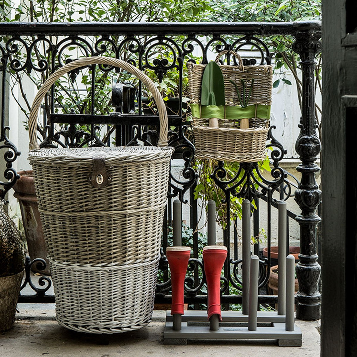 Range bottes de jardin bois gris for Rangement chaussures exterieur