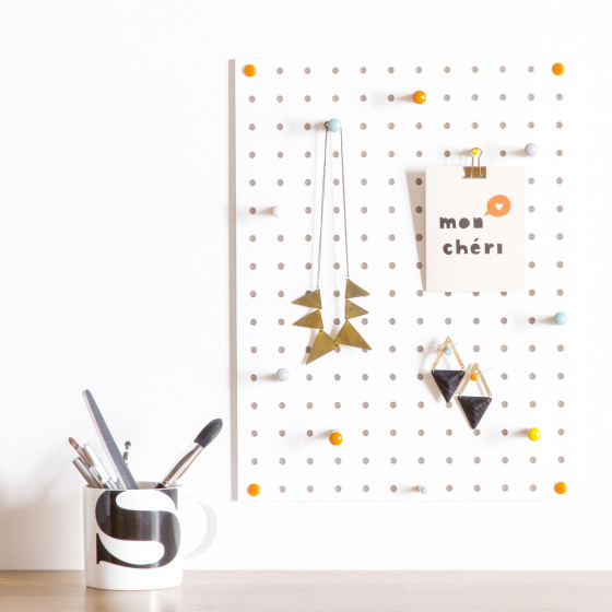 Panneau perforé blanc avec 15 clous en bois taille M