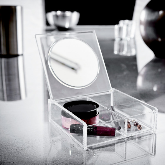 Boîte à maquillage avec miroir.