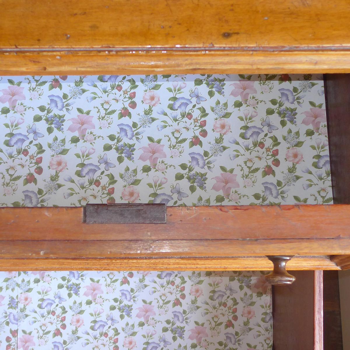 Papier parfumé pour fond de tiroir aux motifs fleuris rose, bleu, violet