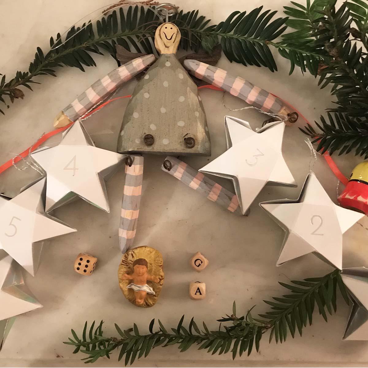 guirlande calendrier de l'avant en forme d'étoiles en carton avec une ficelle orangée
