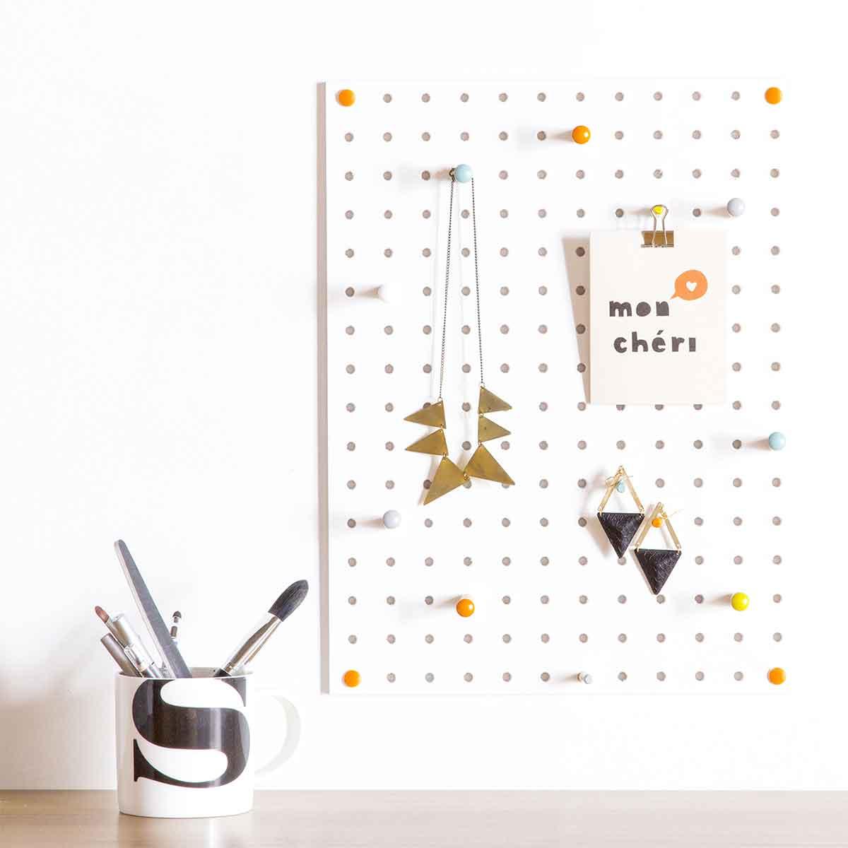 panneau perfor bois peint blanc rangement bijoux. Black Bedroom Furniture Sets. Home Design Ideas
