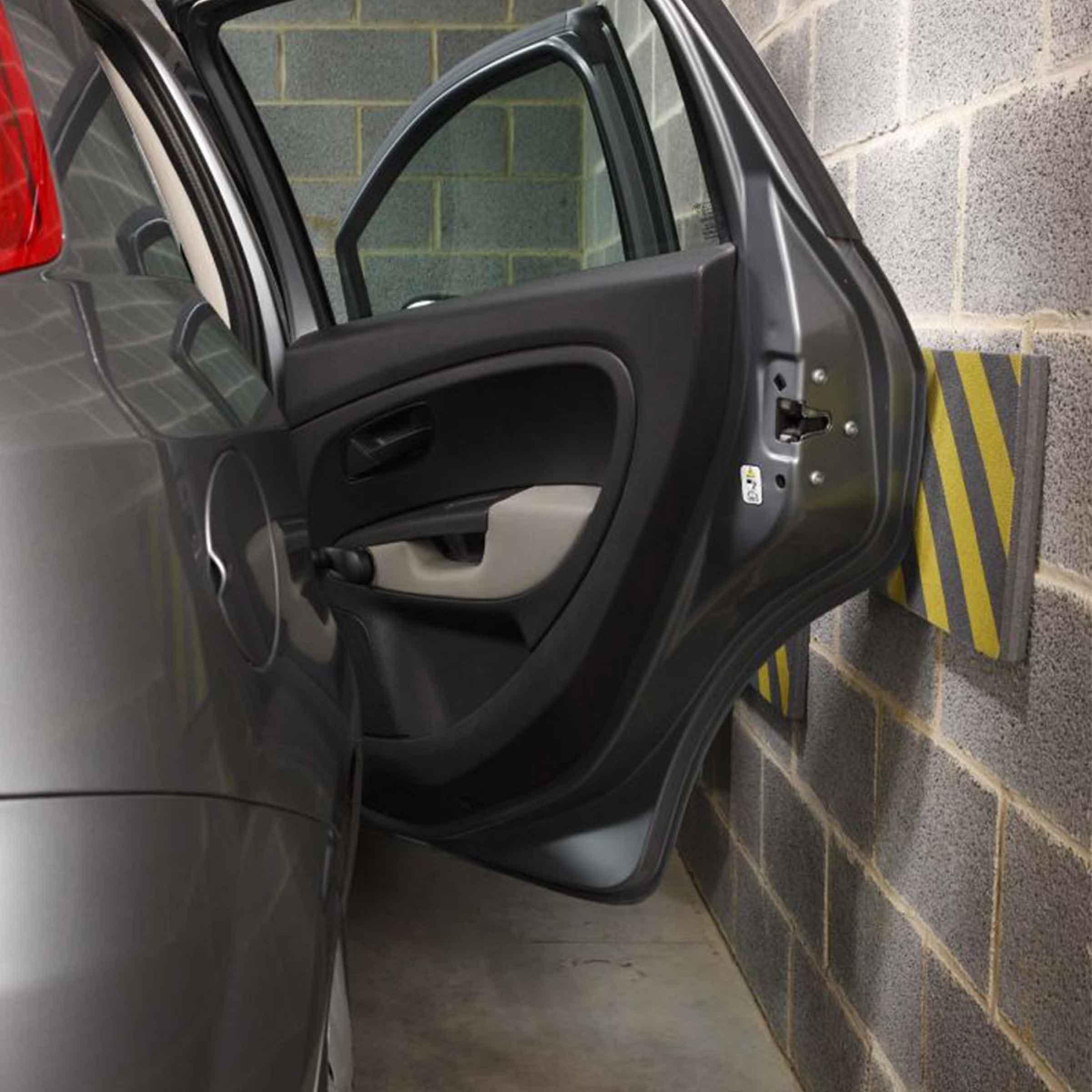 Protège portière de voiture collé sur le mur du garage
