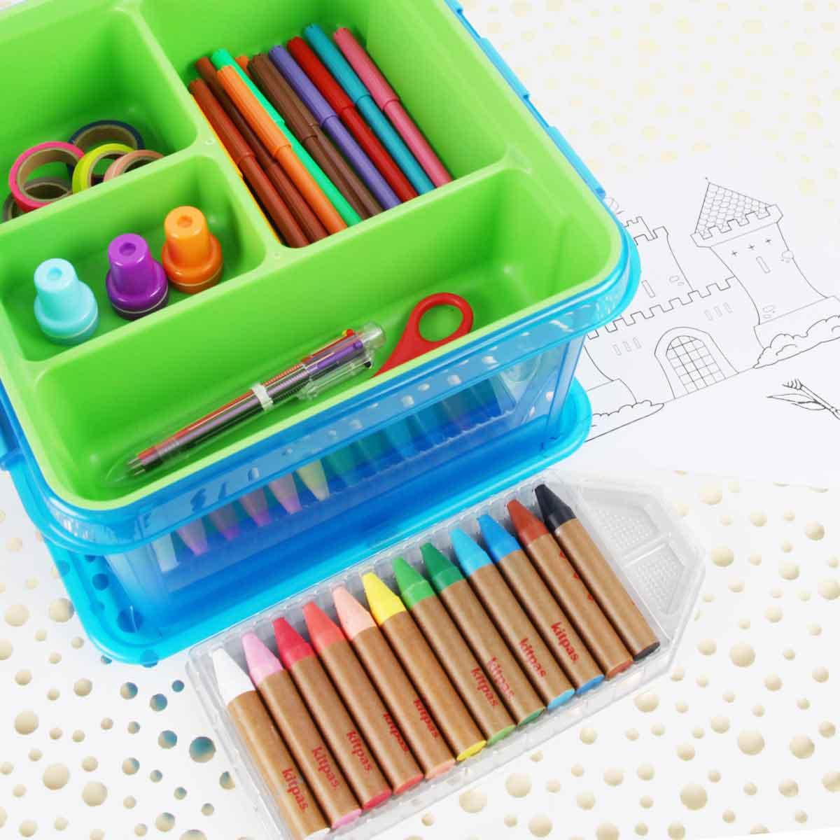 kit cadeau pour enfant bac en plastique avec compartiments et set de coloriage, feutres, crayons et stylos, masking tape, tampons, ciseaux