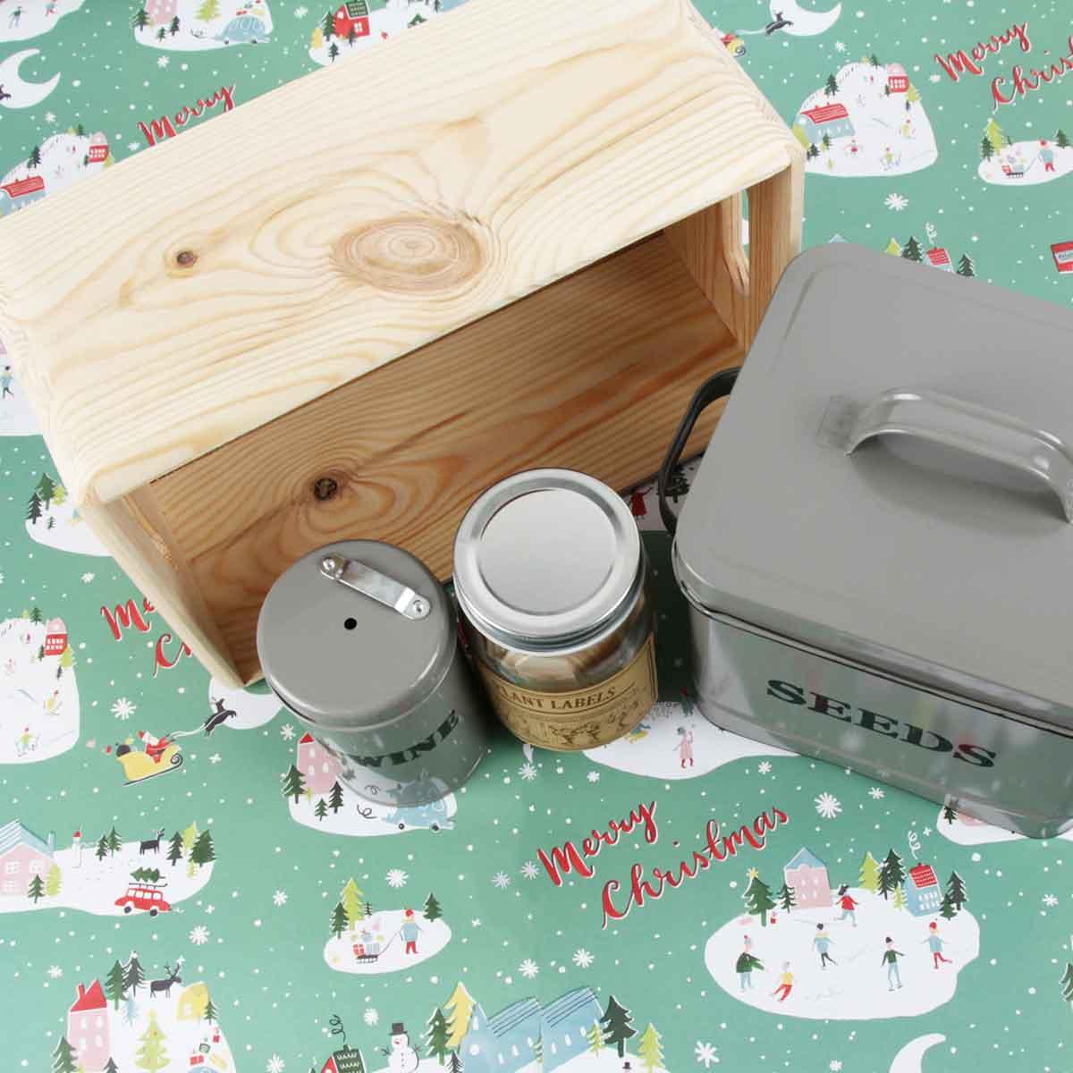 kit cadeau jardinage avec bocal à étiquette à semis, bac en bois clair avec poignées, et boîte de rangement en métal